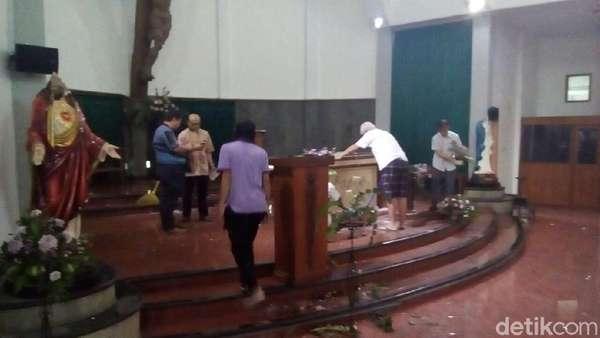 Garis Polisi Dilepas, Umat Mulai Bersihkan Gereja Lidwina Sleman