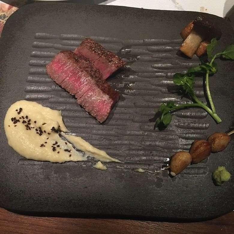 Lewat akun instagramnya @kartikaputriworld, ia memposting banyak foto makanan. Yang ini adalah foto steak, lewat captions ia mengatakan the best beef ever! Enak banget ya? Foto: Instagram