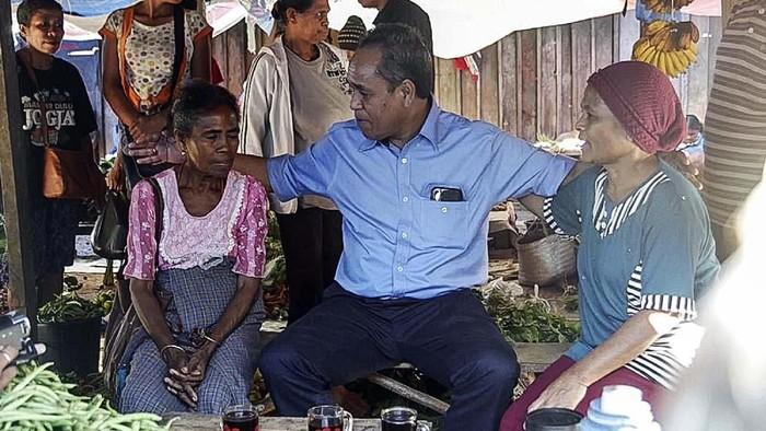 Calon Gubernur Nusa Tenggara Timur (NTT) Benny K Harman saat blusukan di Pasar Inpres, SOE, Kabupaten Timor Tengah Selatan (Foto: dok. timses Benny K Harman)