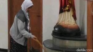 Viral Perempuan Berjilbab Bersihkan Gereja Lidwina Pasca Serangan