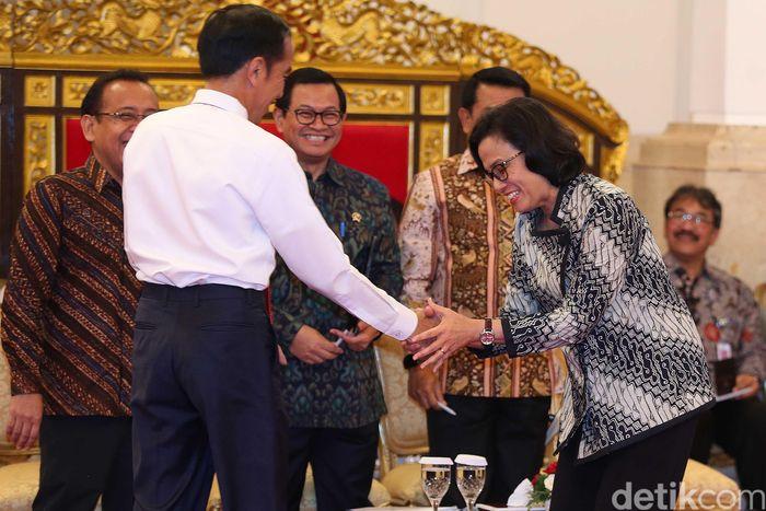 Ini momen saat Presiden Jokowi salami Menkeu Sri Mulyani, yang baru saja dinobatkan sebagai menteri terbaik di dunia.