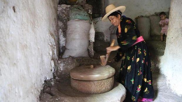 Membut tepung secara tradisional