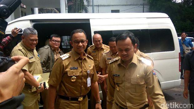 Wali Kota Bogor Bima Arya menyambut kedatangan Gubernur DKI Jakarta Anies Baswedan di kantornya