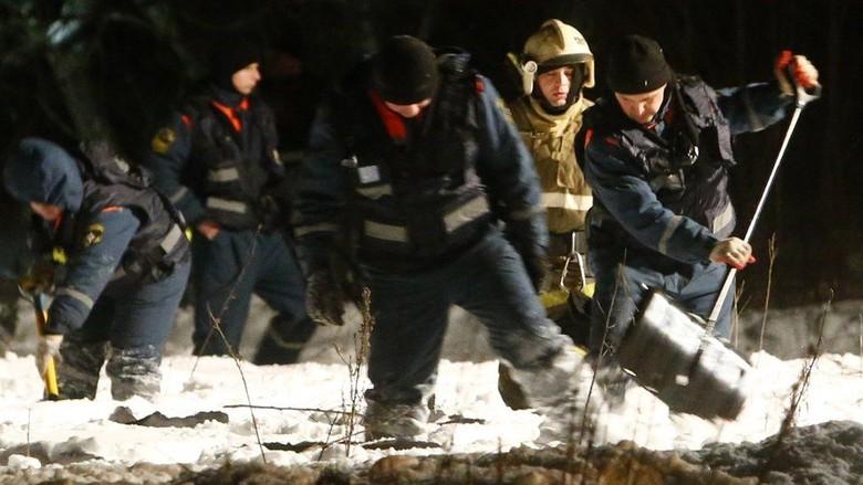 Tim Penyelamat Sisir Lokasi Jatuhnya Pesawat Rusia