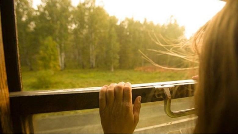 Kereta Rusia Buka Perhentian Khusus Bagi Seorang Siswi dan Neneknya
