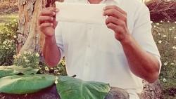 Aktor Bollywood, Akshay Kumar punya cara unik mempromosikan film terbarunya berjudul PadMan. Ia menantang teman-teman artisnya memegang pembalut wanita.