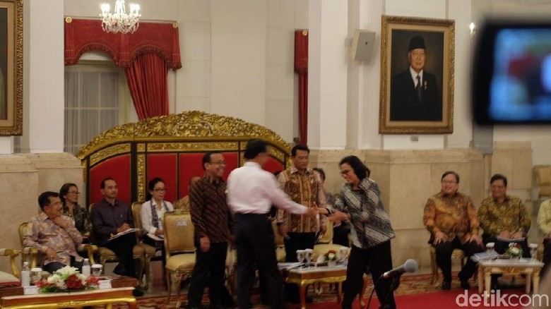 Foto: Jokowi Beri Selamat ke Sri Mulyani Menteri Terbaik Dunia