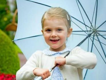 Warna baju dan payungnya serasi nih. (Foto; Instagram @princessetelleofsweden)