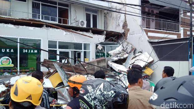 Penampakan konstruksi bangunan apotek yang ambruk.
