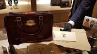 Lalu ia pun juga mengunggah fotonya tengah membeli tas mewah. (Dok. Instagram/lucintaluna)