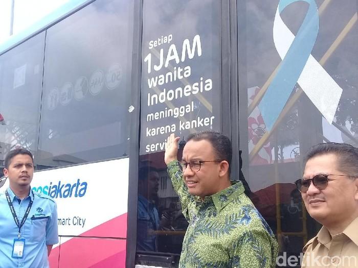 Gubernur DKI Jakarta Anies Baswedan meresmikan bus dengan pesan waspada kanker serviks. (Foto: Frieda isyana Putri)
