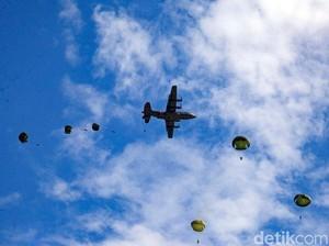 Terjun Payung 227 Paskhas TNI AU Hiasi Langit Banyuwangi