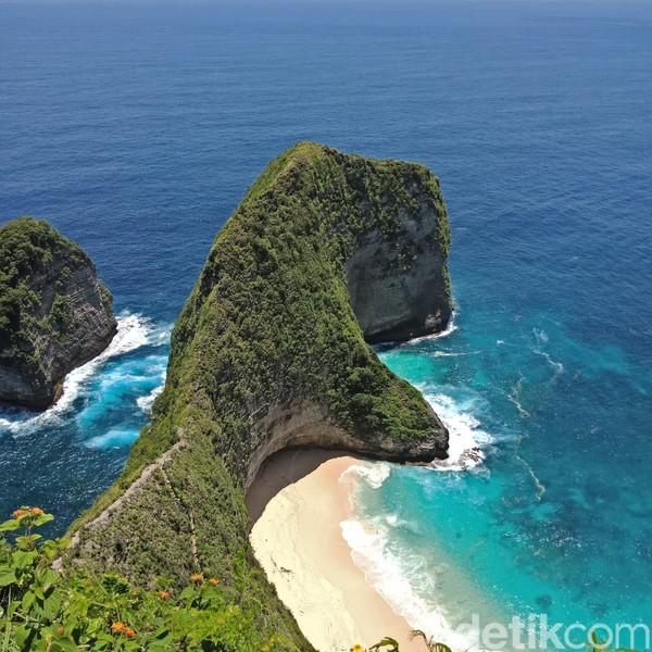 Selain memiliki pemandangan indah, pantai ini juga terkenal dengan spot divingnya. (Masaul/detikTravel)