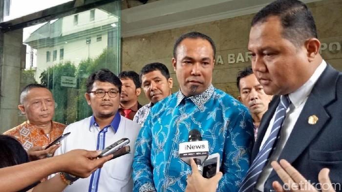 Sekretaris Divisi Hukum Partai Demokrat Ardy Mbalembout (baju biru) dan Koordinator Kongres Advokasi Indonesia (KAI) Nazarudin Lubis (pakai jas) di Bareskrim.