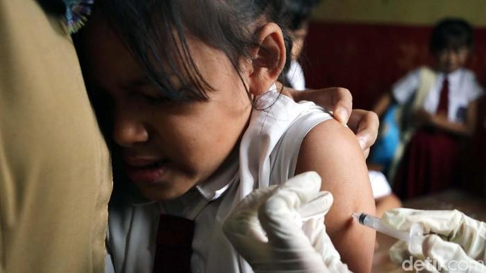 Seorang anak menjalani suntik difteri (Ilustrasi: Rifkianto Nugroho)