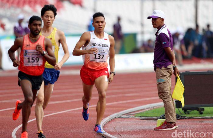 Para atlet adu cepat di final lari 5.000 meter.