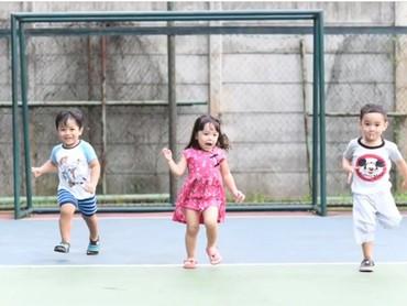 Seru ya, anak-anak bebas main dan tertawa lepas. Nggak ada beban. Hmm, kelak saat dewasa dan melihat foto-foto ini bersama, mungkin Gempi dan teman-temannya akan ketawa bareng. (Foto: Instagram @gadiiing)