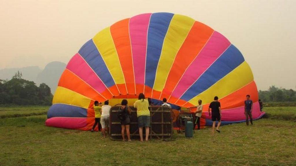 Naik Balon Udara di Laos, Bikin Merem Melek!