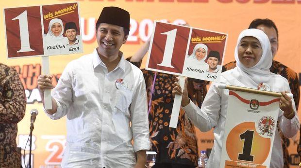 Pasangan calon gubernur dan wagub Jawa Timur Khofifah Indar Parawansa (kanan)-Emil Dardak (kiri), di Surabaya, Selasa (13/2).