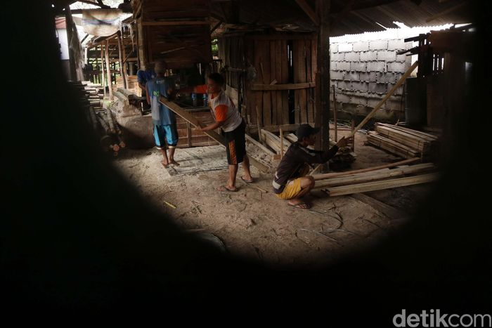 Bisnis pengolahan kayu ini, bukanlah bisnis yang besar. Namun gudang kayu yang beralamat di Jl. Raya Kracak, Lewiliang, Bogor itu, mampu memasuk kebutuhan kayu untuk sofa dan pallet.