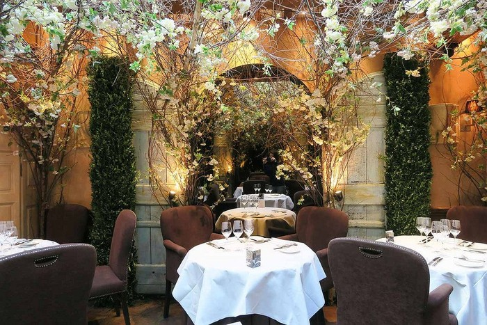 Clos Maggiore terletak di Kota London. Ini bisa dikategorikan sebagai restoran paling romantis, Anda bisa menikmati makan malam sambil memandang hiasan langit-langit cantik. Di sini juga tersedia sekitar 2.500 jenis wine. Foto: Istimewa