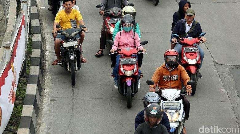 Miris, fenomena pelajar mengendarai sepeda motor tanpa menggunakan helm semakin marak. Kali ini pelajar yang mengendarai motor tanpa helm terlihat lalu-lalang di kawasan Jatingera, Jakarta, Selasa (13/2/2018).