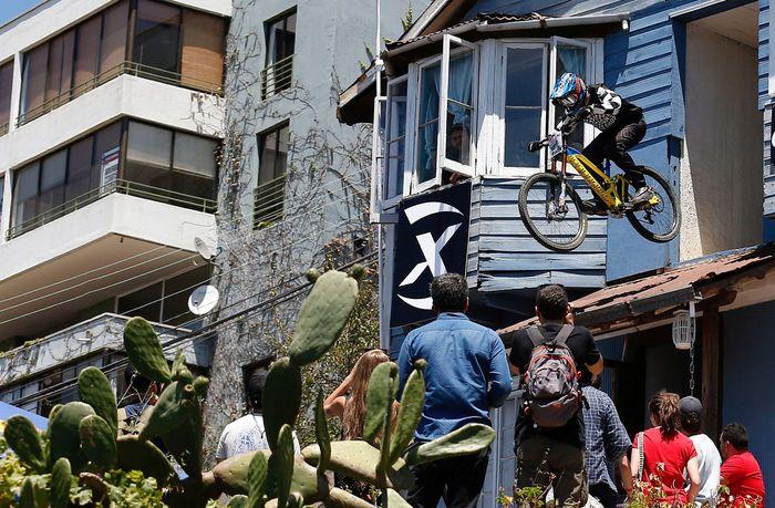 Banyak yang menganggap balap sepeda di Valparaiso ini menjadi salah satu balapan sepeda paling ekstrim di dunia. REUTERS/Rodrigo Garrido.