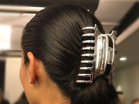 Jepit Rambut Ibu-ibu & Bando Jadul '90-an Hadir di New York Fashion Week