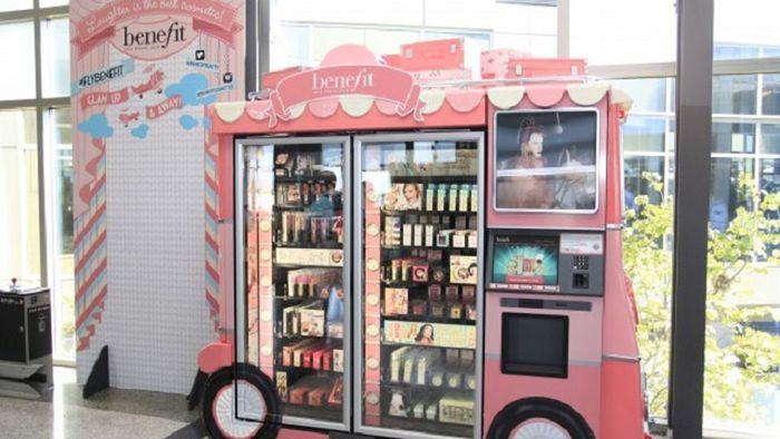 Nih girls! ada ATM make up. LOreal sudah menawarkan make up-on-demand ke komuter kereta bawah tanah New York. Hectic boleh asal jangan lupa touch up ya. Istimewa/cnet.com
