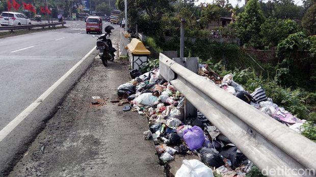 Penampakan tumpukan sampah sebelum dibersihkan, Selasa (13/2).