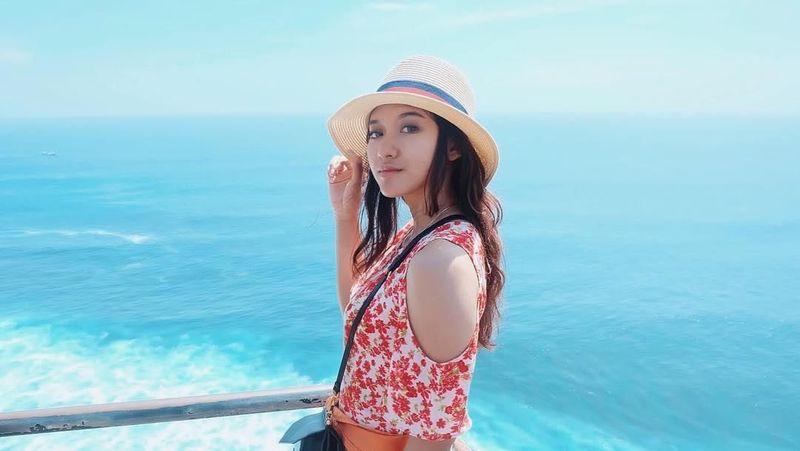 Oktober 2017 lalu, Pungky liburan ke Bali. Kalau sedang tidak beraksi di lapangan, siapa sangka gadis ini jago dalam urusan smash bola voli. (Pungky Afriecia/Instagram)