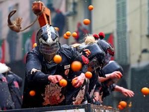 Foto: Festival Perang Jeruk yang Unik di Italia