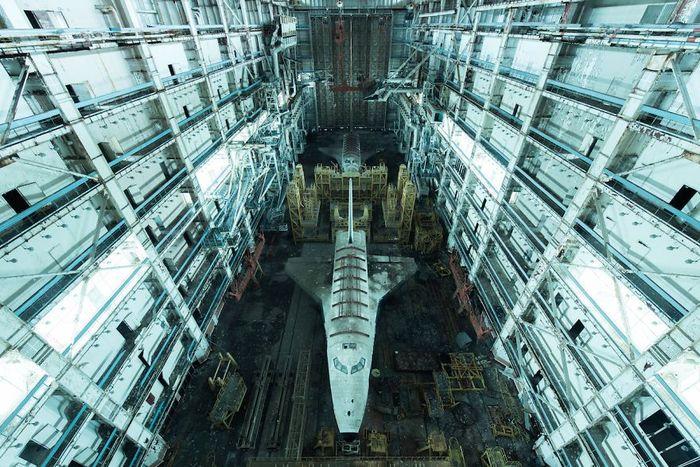 Hanggar pesawat ruang angkasa milik Uni Soviet yang terbengkalai di dekat perbatasan Kazakhstan. Saksi bisu masa kejayaan komunis di era Perang Dingin. Istimewa/davidderueda.com.