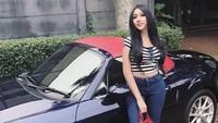 Belum lama ini ia memamerkan sebuah mobil mewah berwarna biru di instagramnya. (Dok. Instagram/lucintaluna)