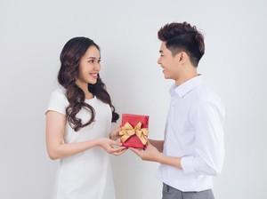 Kisah Cinta Kuli Cantik dengan Pangeran Tampan Ini Menghangatkan Hati