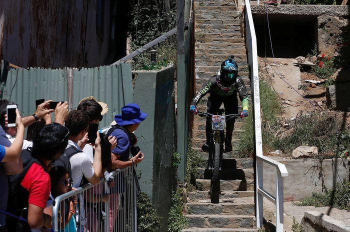 Seorang pebalap menuruni ratusan anak tangga. REUTERS/Rodrigo Garrido.