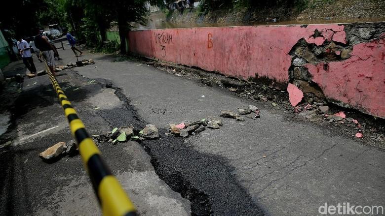Jalan Retak Kampung Berlan Diperbaiki Usai Perbaikan Turap Rampung