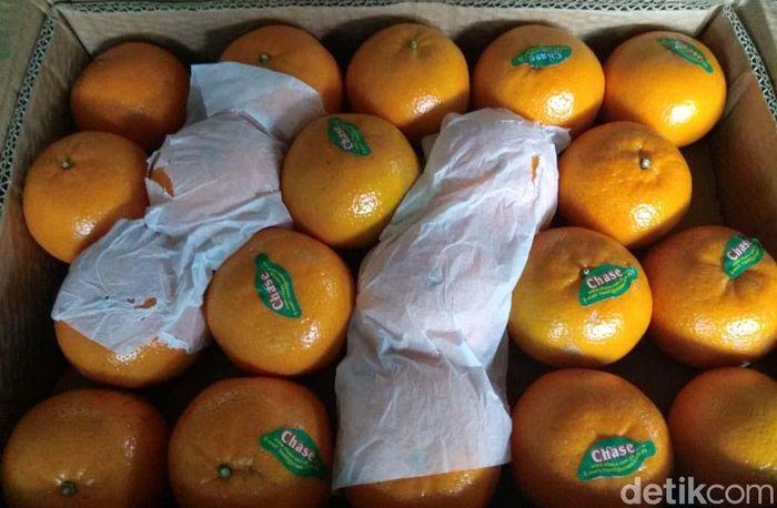 Jeruk Mandarin dari China sedang langka, seperti terjadi di Pasar Induk Kramat Jati, Jakarta Timur. Keberadaannya digantikan jeruk dari Pakistan.