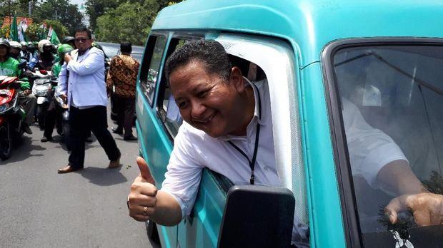 Wakil Wali Kota Surabaya Whusnu Sakti Buana menyopiri Gus Ipul ke acara pengundian nomor urut