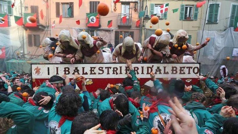Festival ini bernama Battaglia Delle Arance atau Carnevale dIvrea. Festival ini dilaksanakan di bulan Februari setiap tahun selama tiga hari. (Alessandro Bianchi/Reuters)