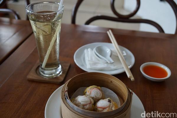 Salah satu menu yang harus dicoba adalah dim sum dan teh oolong dingin. Perpaduannya pas! (Shinta/detikTravel)
