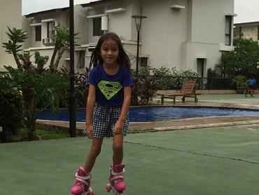 Nah, anak Darius dan Donna yang paling cantik ini hobinya roller skate. (Foto: Instagram/liodiegosabrina)