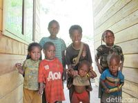 Anak-anak kecil suku Moni di Pegunungan Tengah