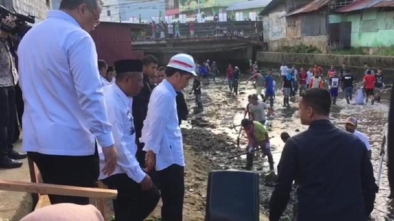 Jokowi Tinjau Program Padat Karya Normalisasi Sungai di Ambon