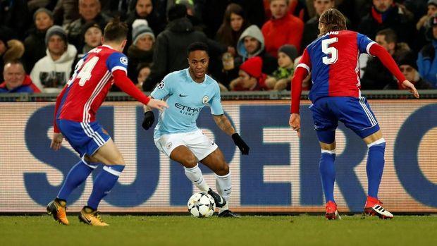 Pergerakan Raheem Sterling mampu merepotkan barisan pertahanan Basel.