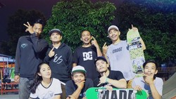 Dikenal luas sebagai ratunya FTV Indonesia, Dinda Kirana tak dinyana juga menggemari olahraga skateboarding. Wah cantik-cantik ternyata anak skater.