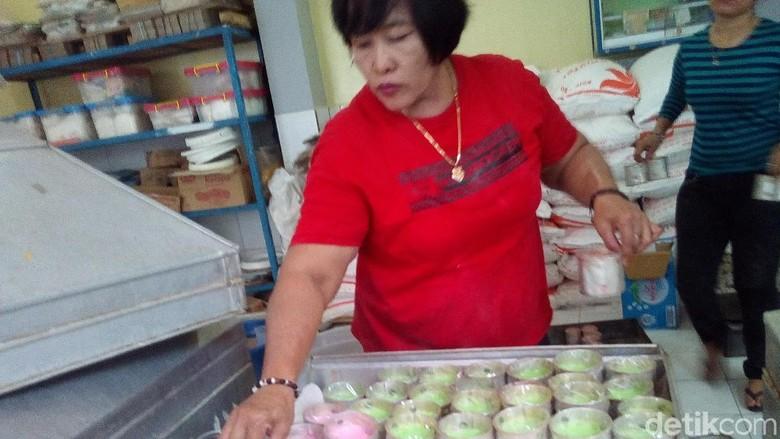 Melihat Produksi Kue Keranjang Banjir Pesanan Jelang Imlek di Kudus