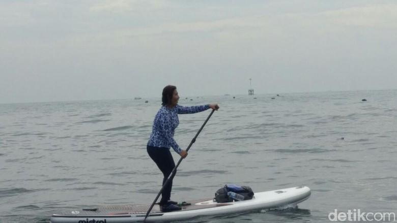 Menteri Susi Renang dan Naik Paddle Board Pantau Hiu di Probolinggo
