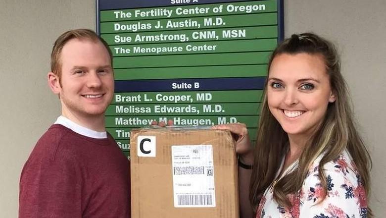 Ketika Momen dengan Kotak Embrio Bayi Tabung Diabadikan (Foto: Facebook/ Mickey D Clark)