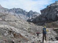 Suku Moni yang jadi porter dan mengantar pendaki ke Puncak Carstensz